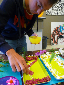 L'artiste au travail : montage d'assiette